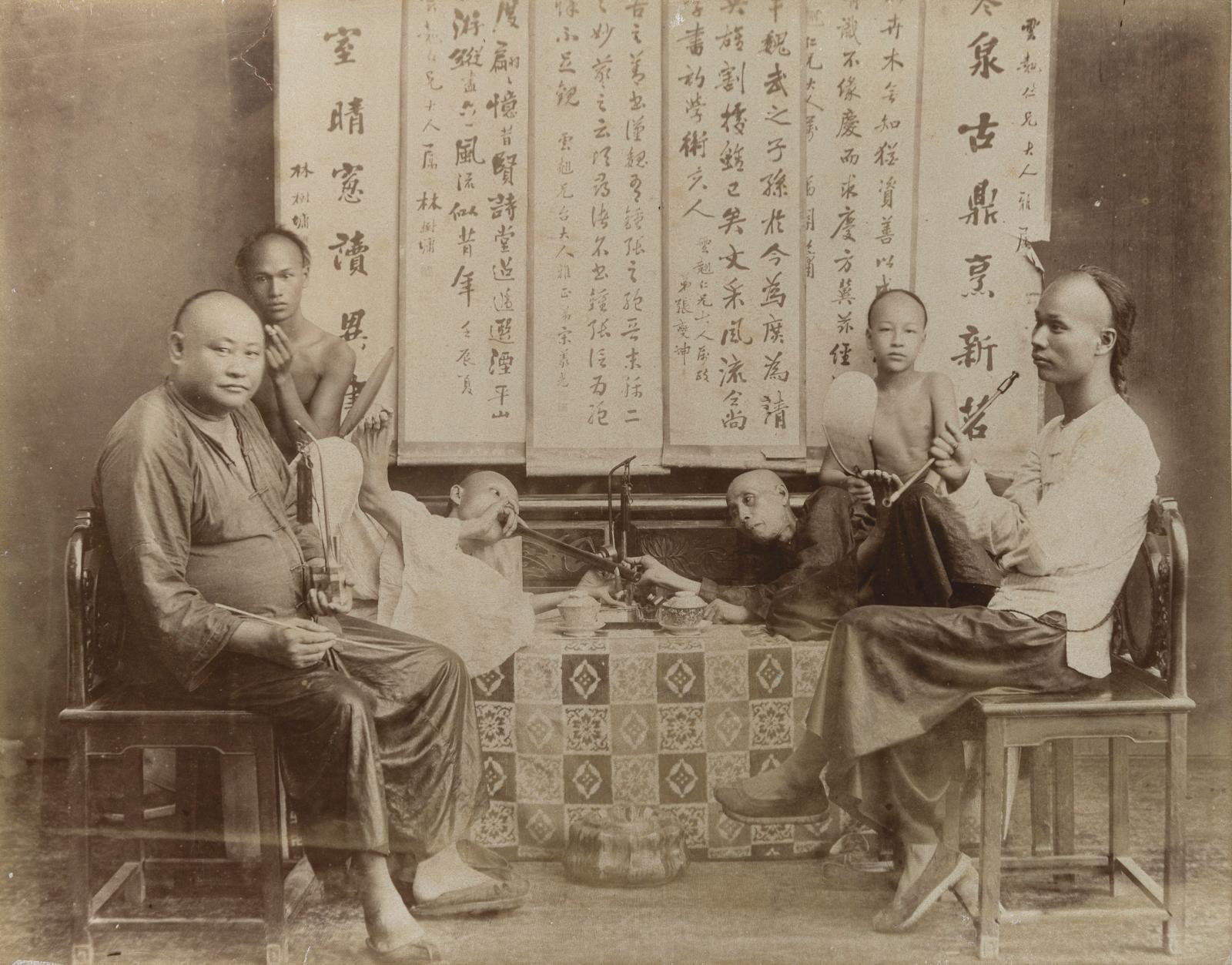 Vers 1900. Photo de deux fumeurs d'opium chinois, ancien tirage papier, 15x20cm. Estimation: 60/80€