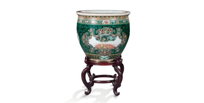 €1,084China, late 19th century. Famille verte porcelain aquarium with dragon and carp decoration, h. 42 cm (approx. 16.5 in.), dia. 45.5 c