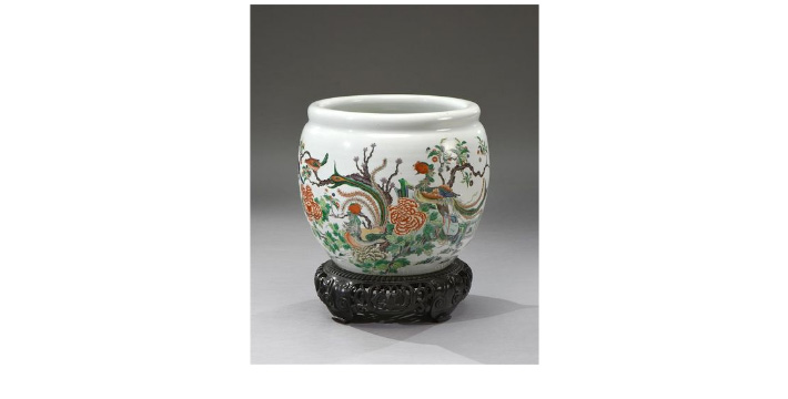 €5,250China, 19th century. Porcelain aquarium decorated in Famille verte style with birds and butterflies, h. 46 cm (approx. 18.1 in.), di