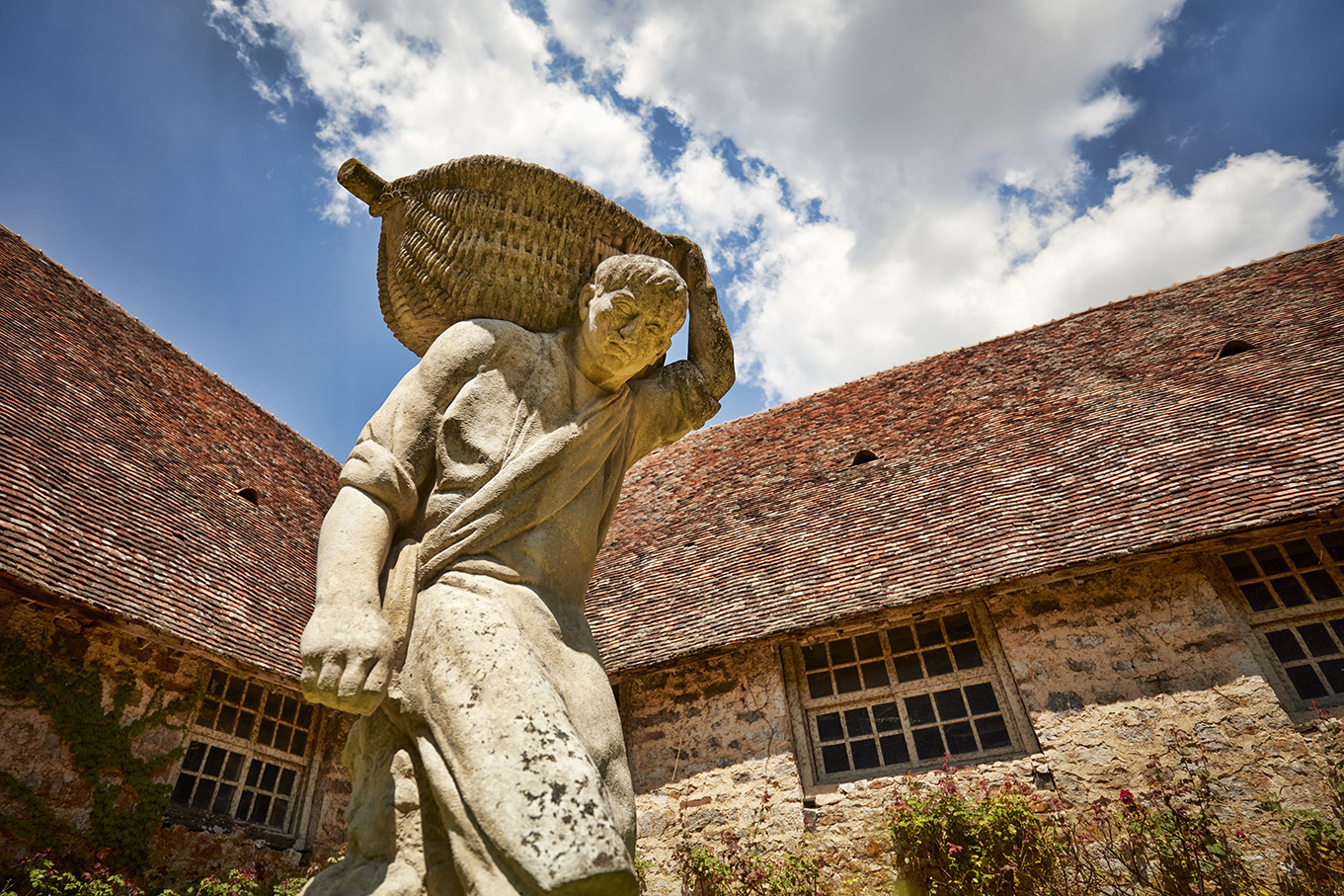 Le Porteur de Benaton (The Grape Basket Carrier) by Henri Bouchard (1875-1960), in the small courtyard.© Serge Chapuis