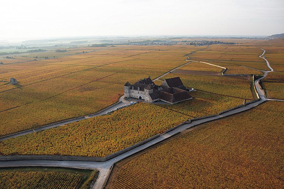 Le château du Clos de Vougeot, dans son écrin de vignes. ©Bénédicte Manière