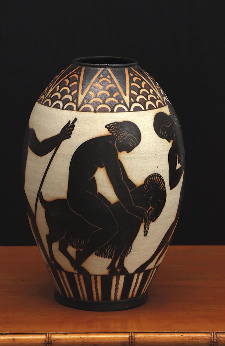 Grand vase olive, décor antique attribué à Pierre Almès, vers 1930-1940, collection particulière. ©Alain Arnold - Musée basque et de l'hi
