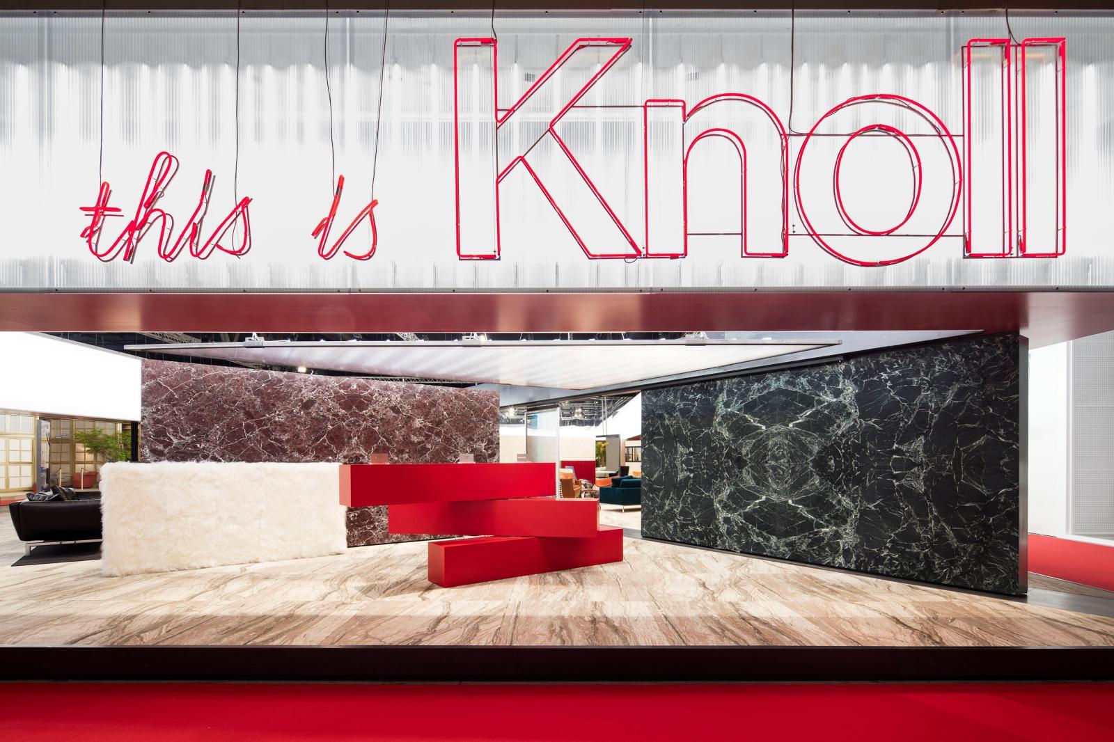 « This is Knoll by OMA », pavillon conçu par Rem Koolhaas (né en 1944) et son agence OMA pour le Salon du meuble de Milan de 2016. Au centre, le meubl