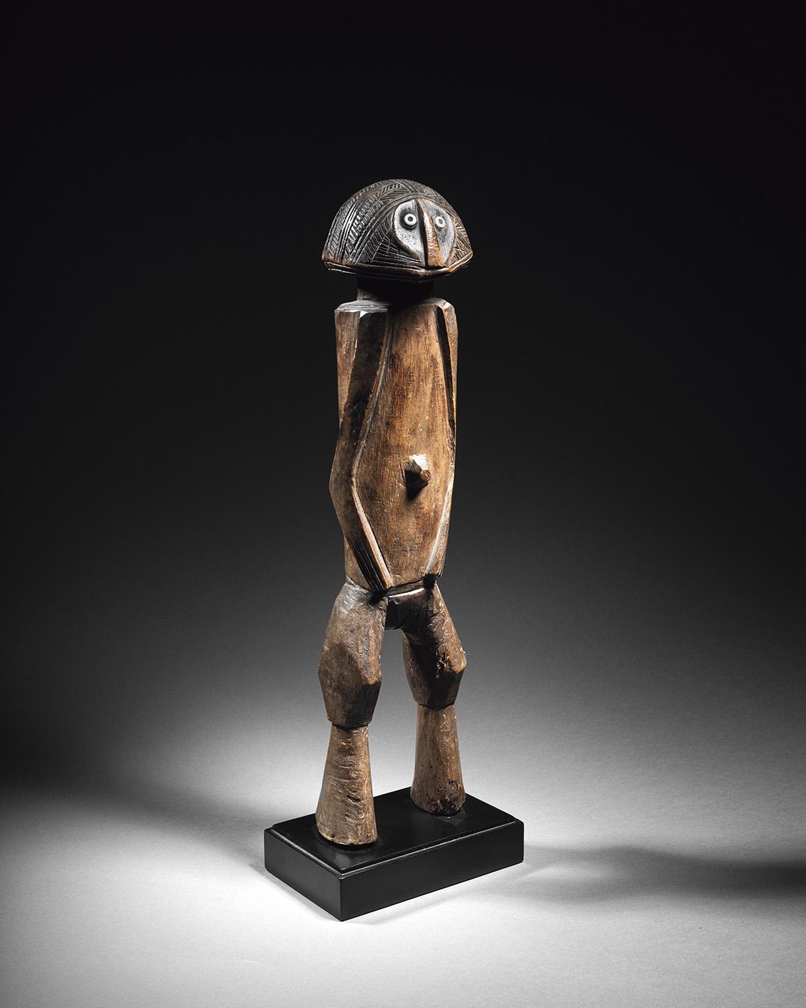 République centrafricaine, région de Mobaye, fin du XIXe siècle. Statuette banda, bois à patine brun foncé et d'usage, h.40cm. Adjugé: