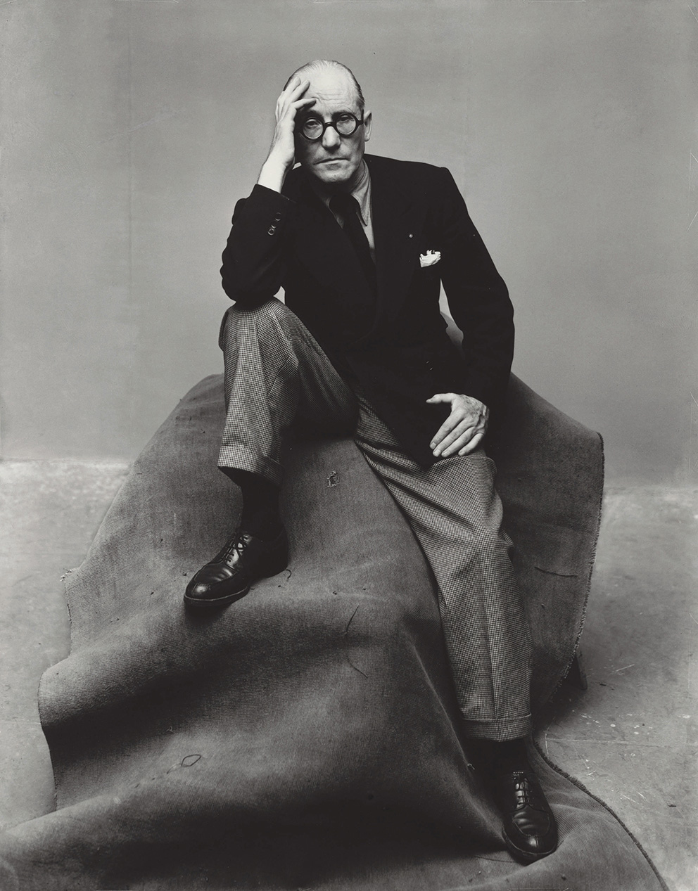 Irving Penn (1917-2009), Le Corbusier (1 of 2), New York, 1947, tirage gélatino-argentique, 1983. © The Irving Penn Foundation – Partial g
