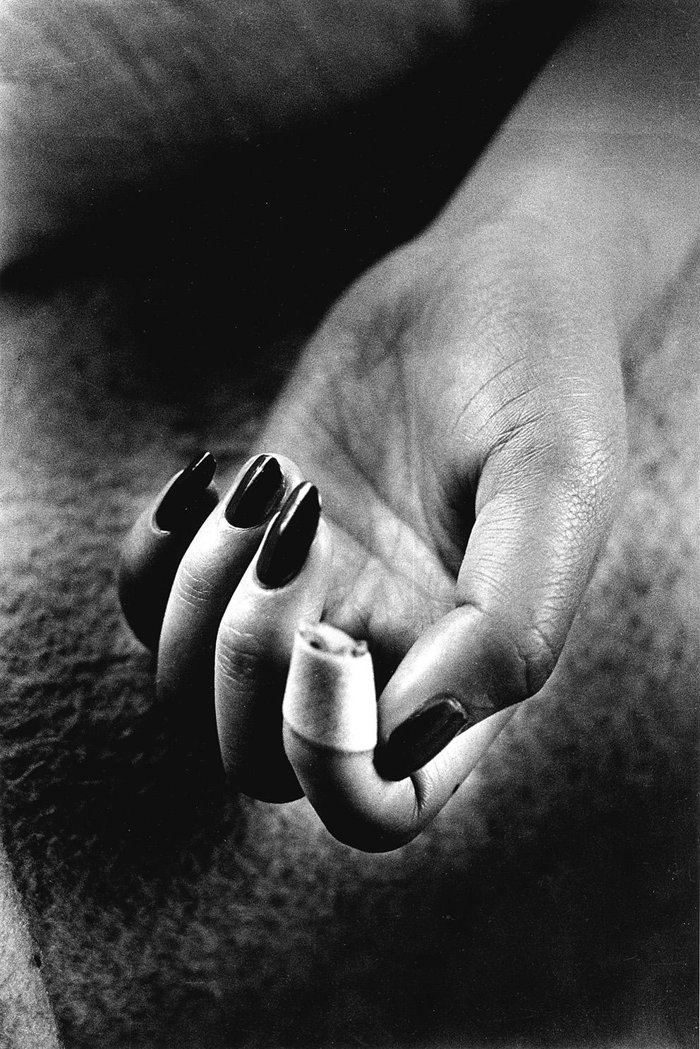 Daido Moriyama(né en 1938), Nails Claw, de la série «Lettre à St-Loup», 1990, tirage gélatino-argentique. ©Daido Moriyama Photo Foundati