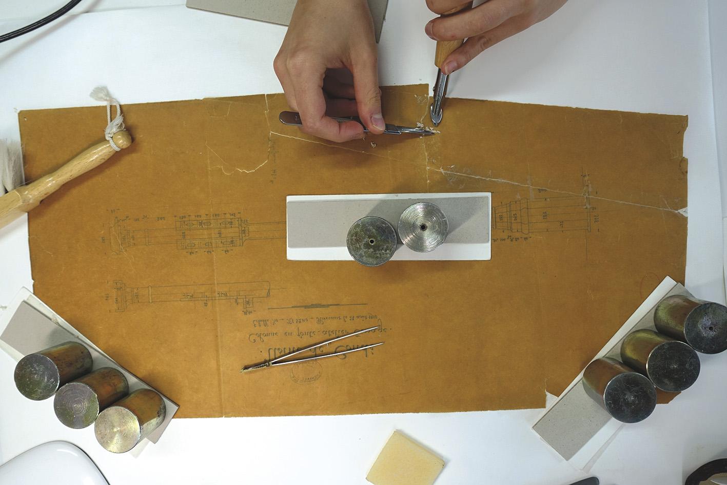 Retrait mécanique de bandes d'adhésif sur un calque. © Atelier Béatricede Clédat