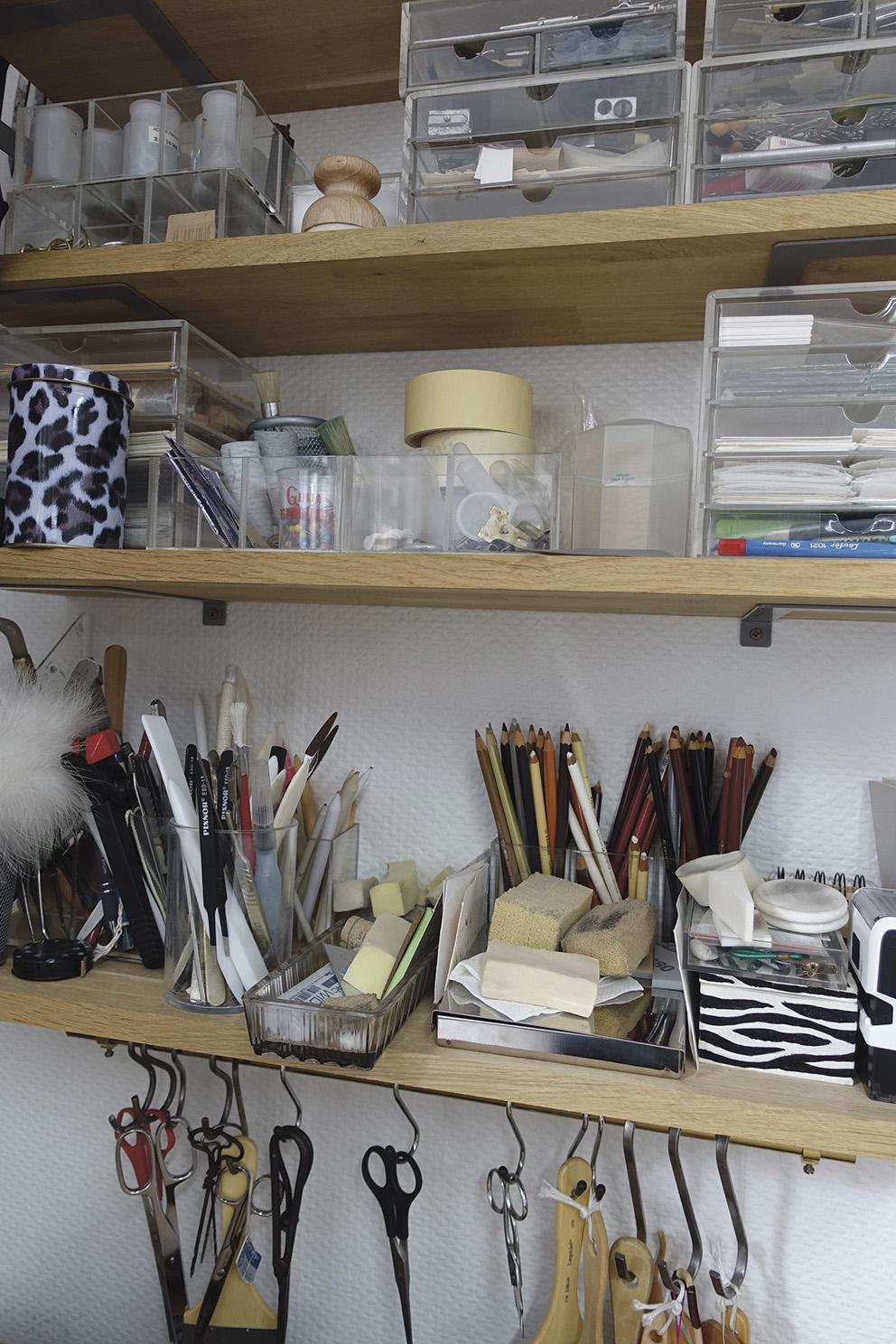 Les principaux outils du conservateur- restaurateur d'art graphique, pinces, spatules, vrilles, scalpel et ciseaux. © Atelier Béatrice de