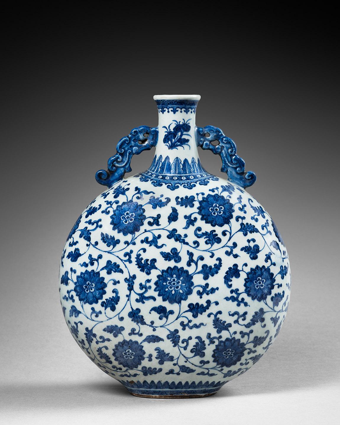 Chine, époque Qianlong (1736-1795).Gourde lunaire de type bianhu en porcelaine décorée en bleu sous couverte de fleurs de lotus stylisées
