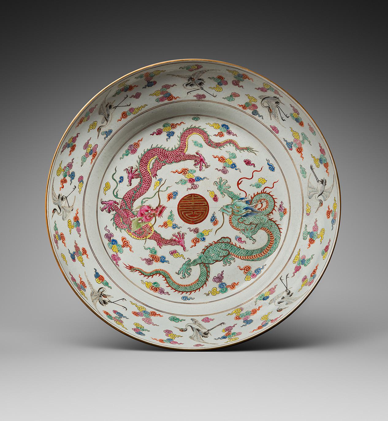 Chine, époque Yongzheng (1723-1795). Coupe en porcelaine émaillée polychrome à décor au centre de deux dragons entourant un caractère «sho