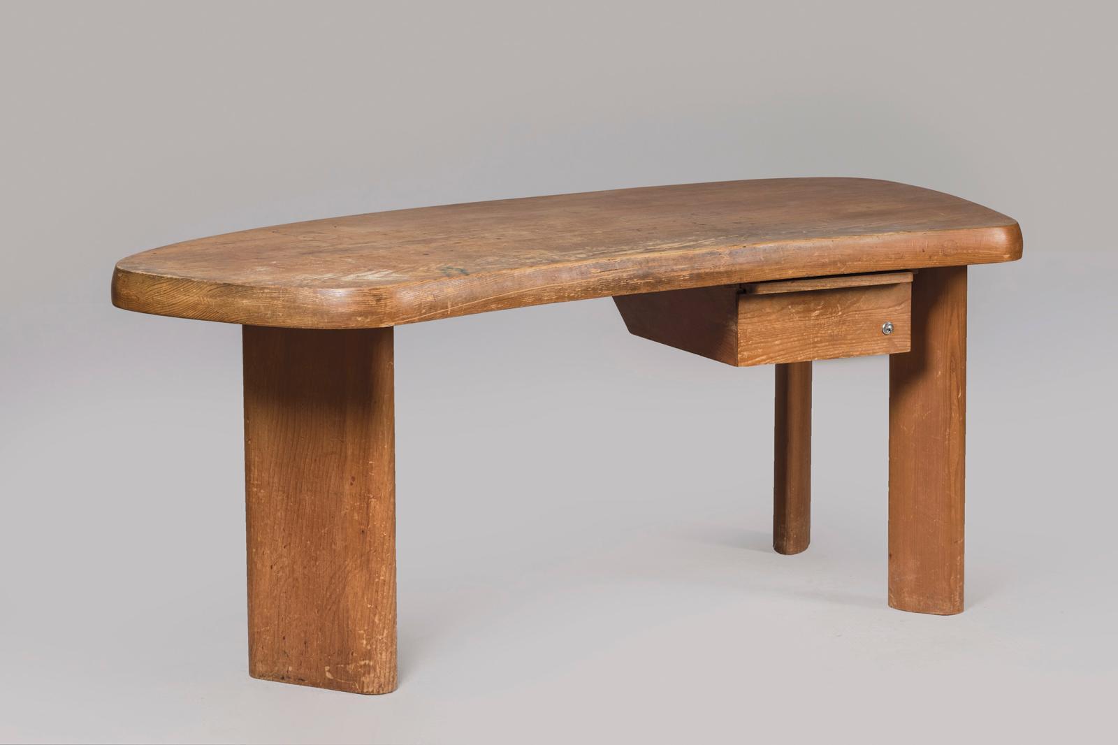 Spécialiste de Charlotte Perriand(1903-1999), Jacques Barsac a confirmé «ce modèle de bureau[…] très beau[…] et rare». En madrier de
