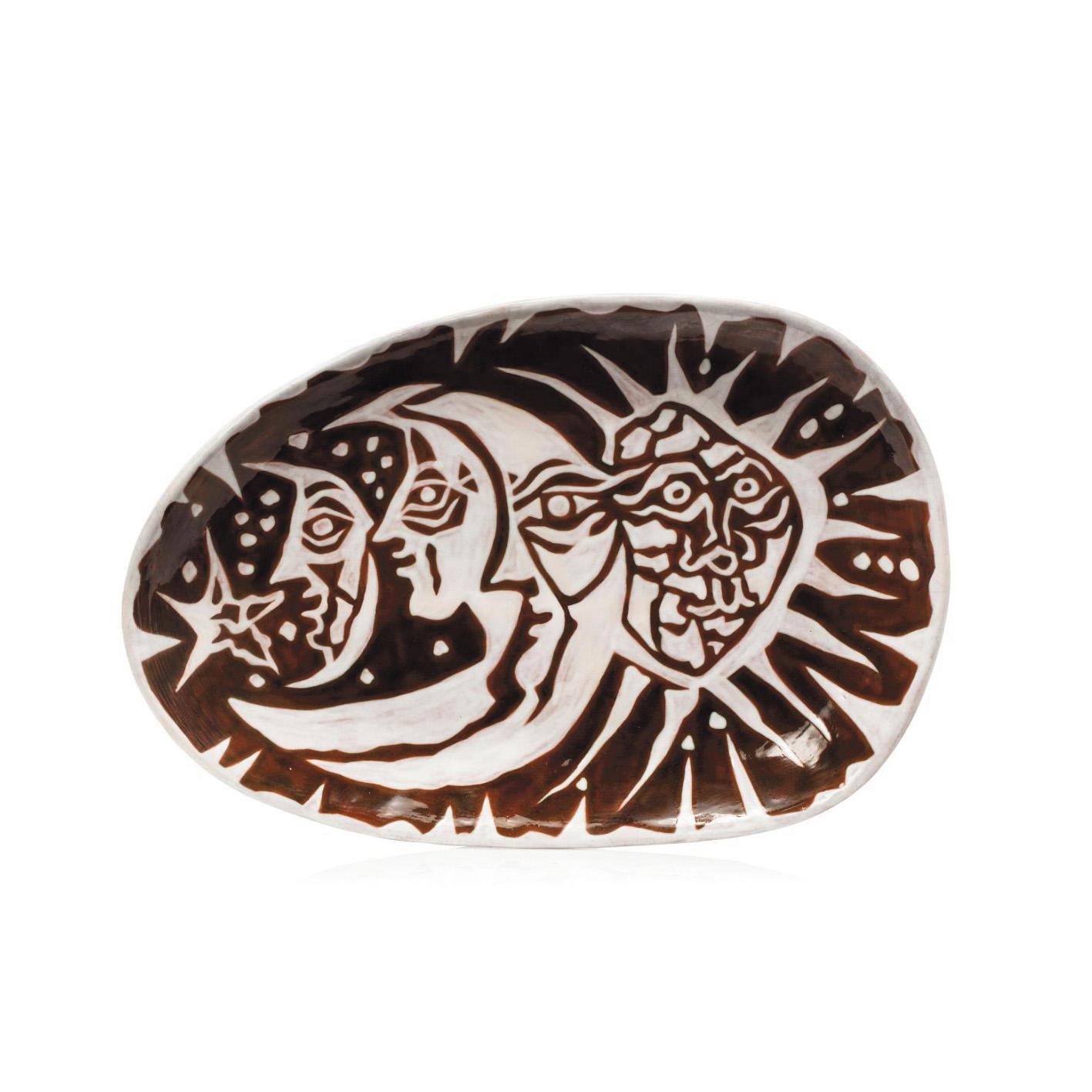 2210€ Jean Lurçat et Sant Vicens, «Soleil Lune», plat en céramique vernissée blanche et brune, 4,5x54x36cm.Paris, Salle V.V. Millon
