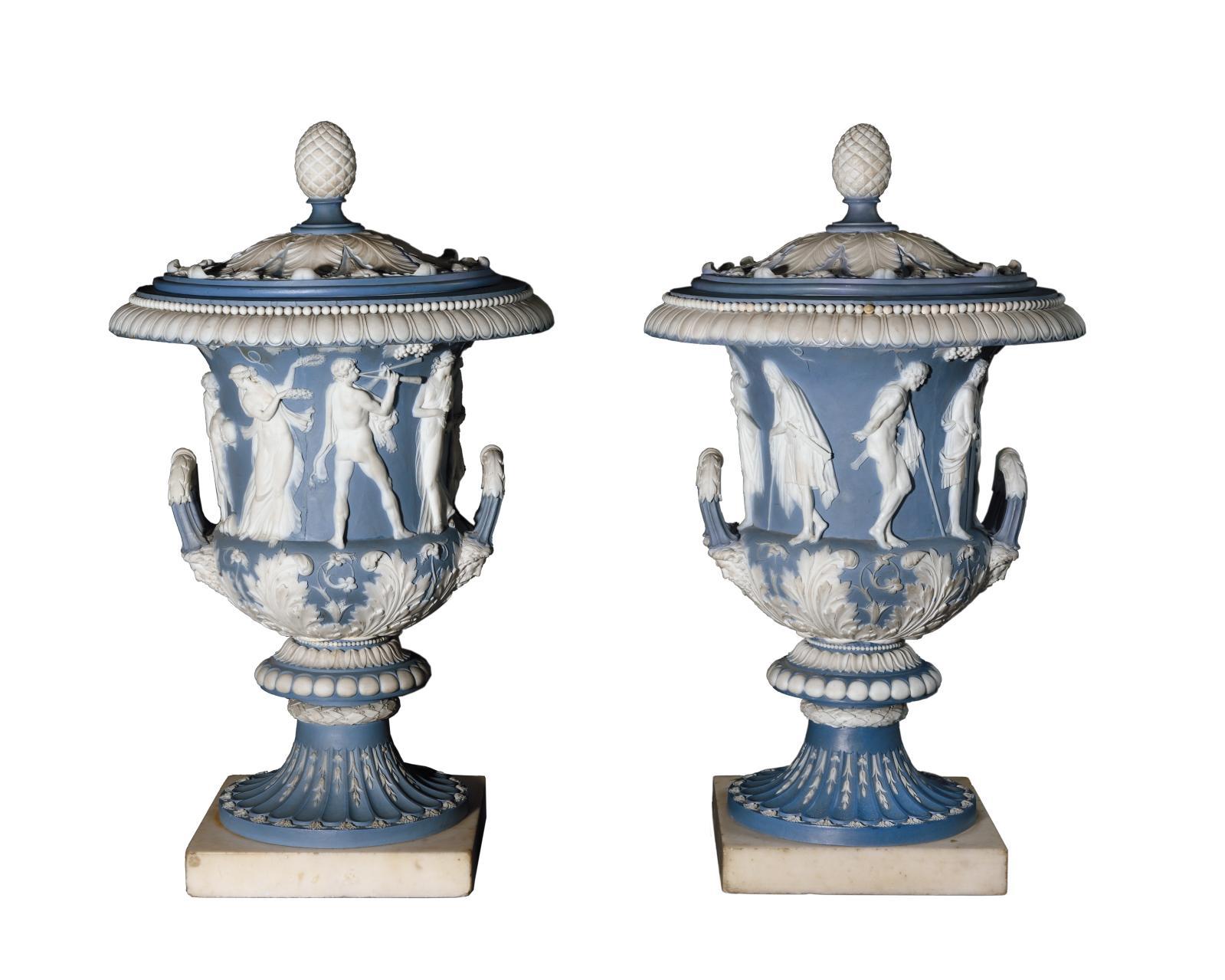 Inspirée par les vases Médicis et Borghèse, respectivement conservés à la galerie des Offices de Florence et au Louvre, cette paire de vas