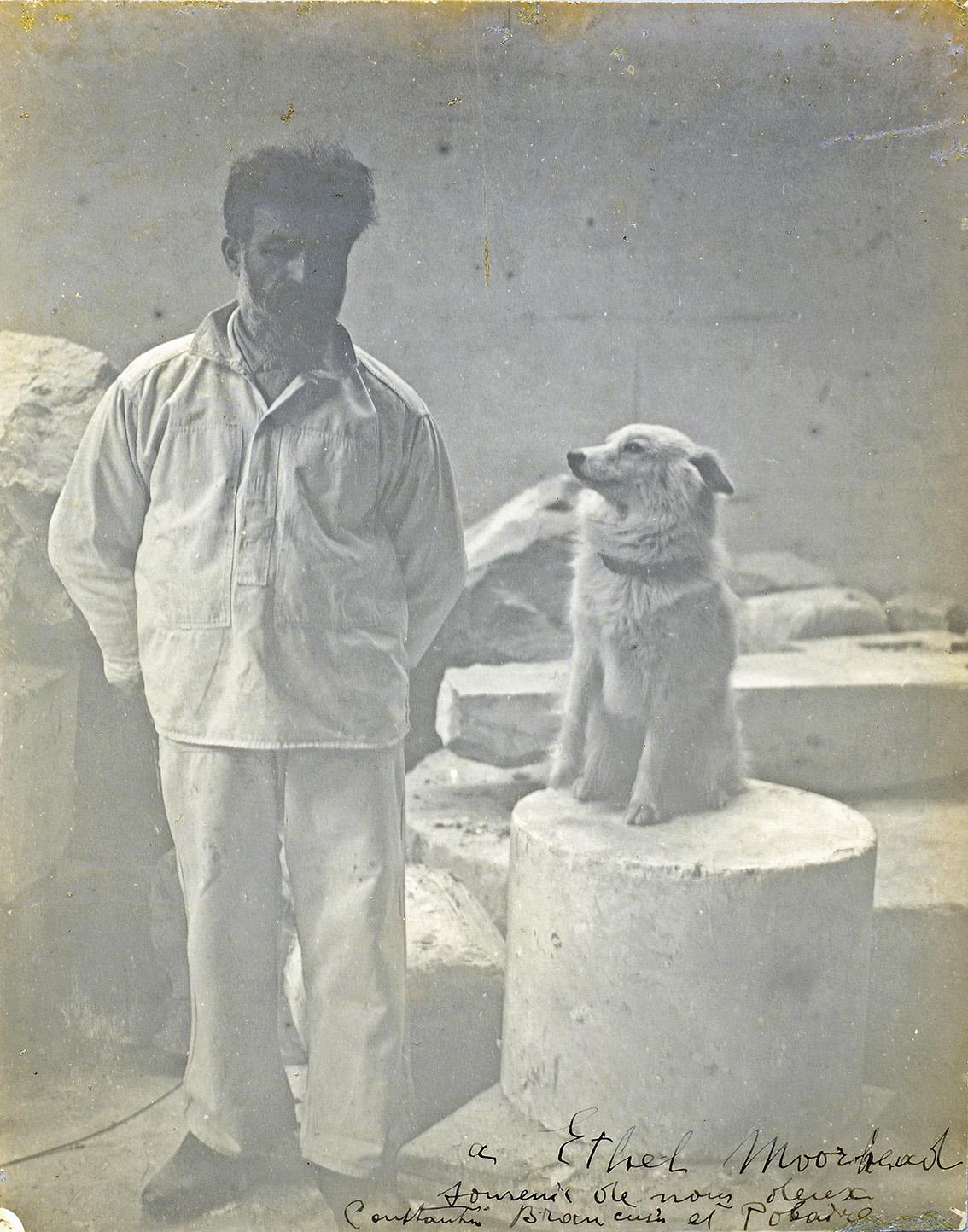 Constantin Brancusi (1876-1957), Autoportrait dans son atelier avec son chien Polaire, vers 1921-1925, épreuve argentique d'époque signée