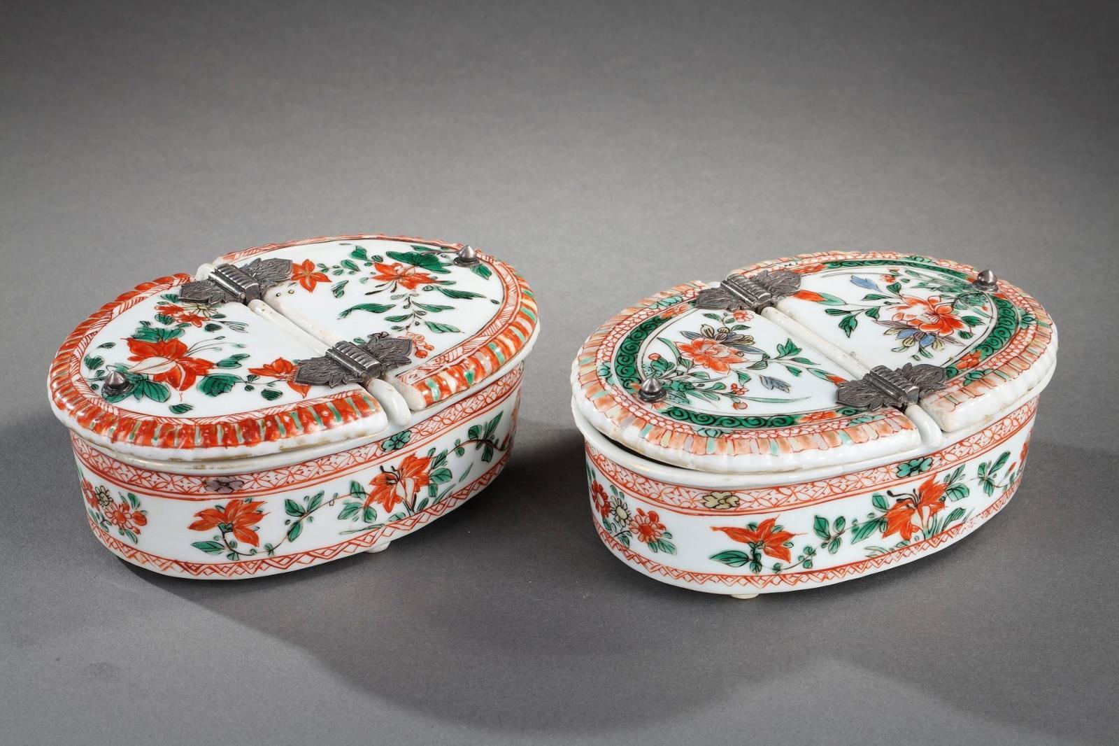 Paire de boîtes à épices en porcelaine famille verte. Chine, époque Kangxi (1662-1722). Courtesy Galerie Bertrand Delavergne