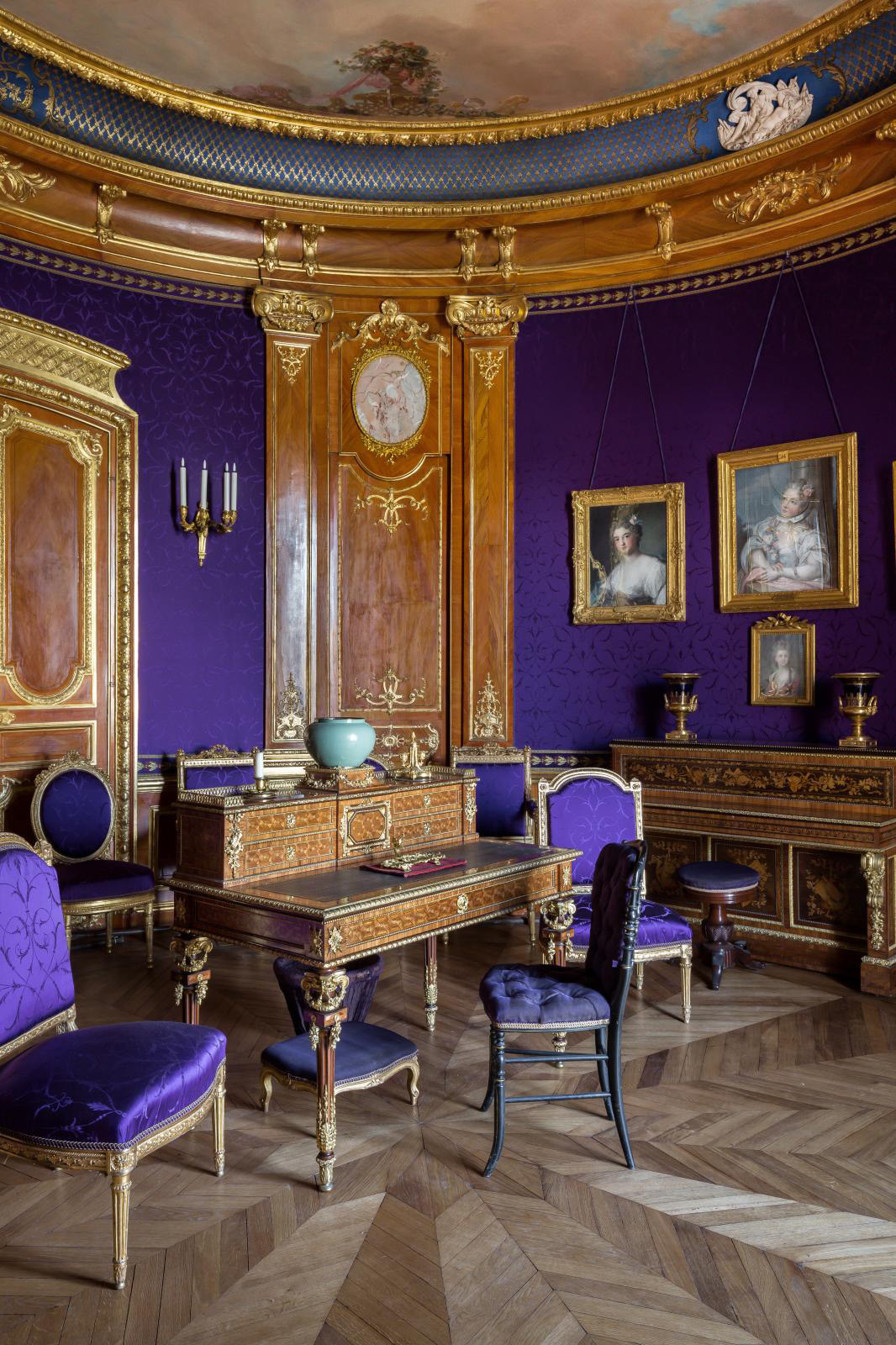 Purple Salon. The purple hanging, added by the Duke on the death of his wife as a sign of mourning, harmonizes with the orange of the imit