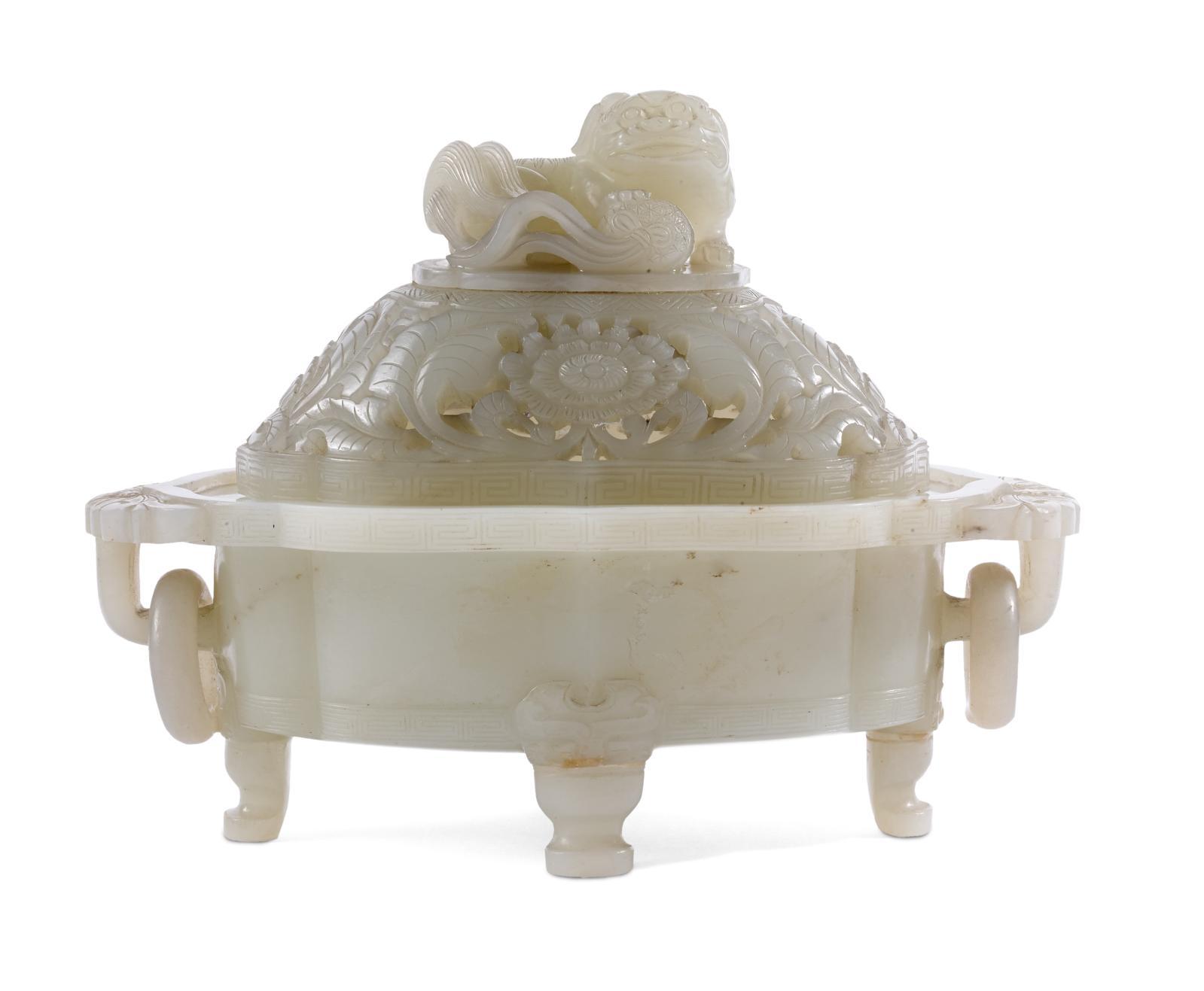 Chine, XIXesiècle. Brûle-parfum en jade blanc, à décor ajouré de fleurs de lotus sur le couvercle surmonté d'une chimère jouant avec une balle, 12x