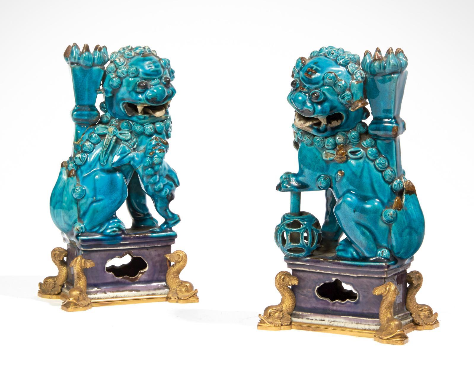 Chine, époque Kangxi (1662-1722). Couple de chimères formant porte-baguettes d'encens en porcelaine émaillée bleu turquoise et manganèse, h.19cm, mo