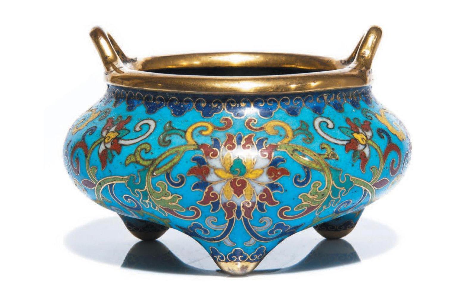 Chine, époque Qianlong (1736-1795). Brûle-parfum tripode en bronze doré et émaux cloisonnés, décoré en polychromie de fleurs de lotus bouddhiques sur