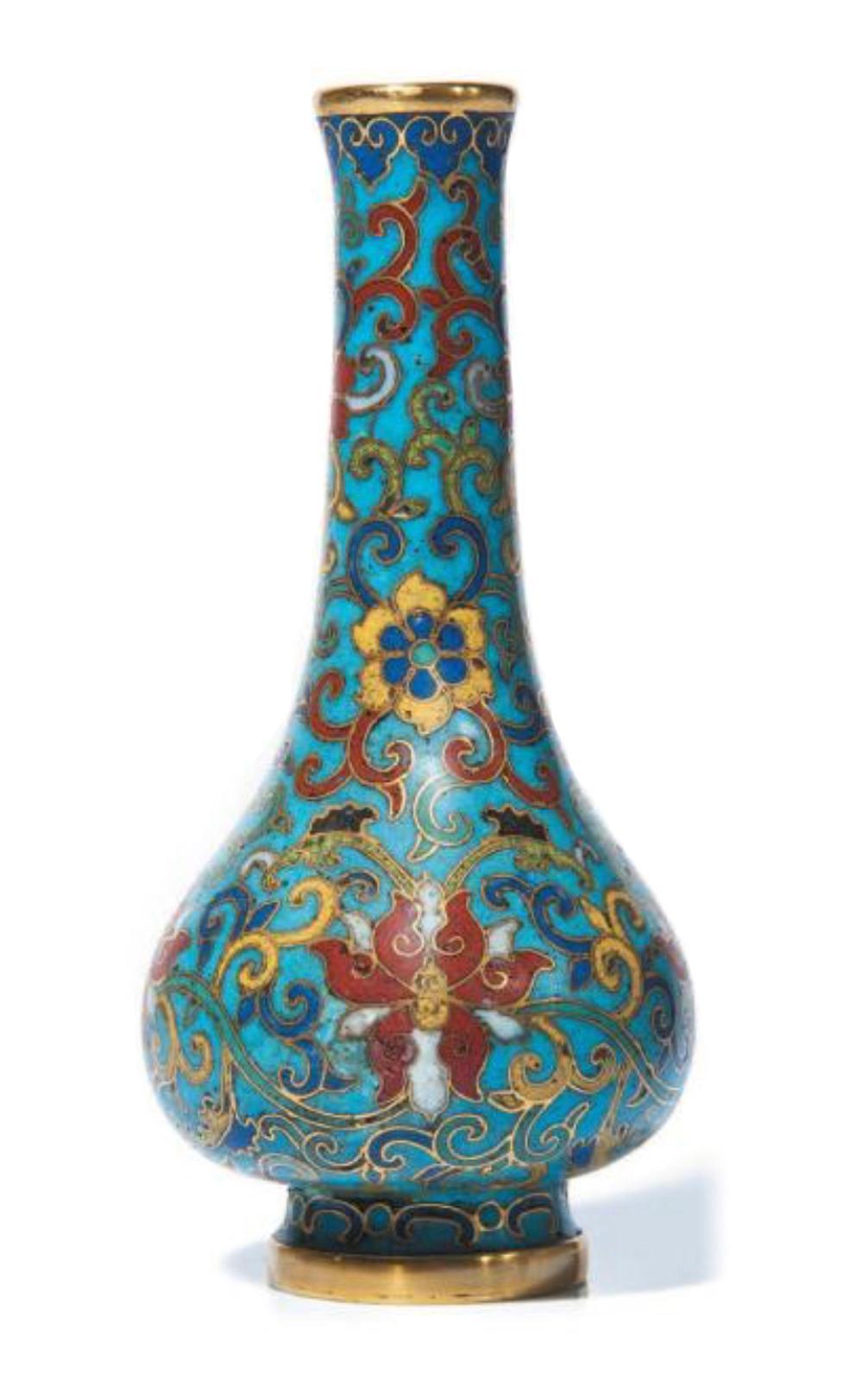 Chine, époque Qianlong (1736-1795). Vase bouteille en bronze doré et émaux cloisonnés, décoré en polychromie de fleurs de lotus parmi les rinceaux, su