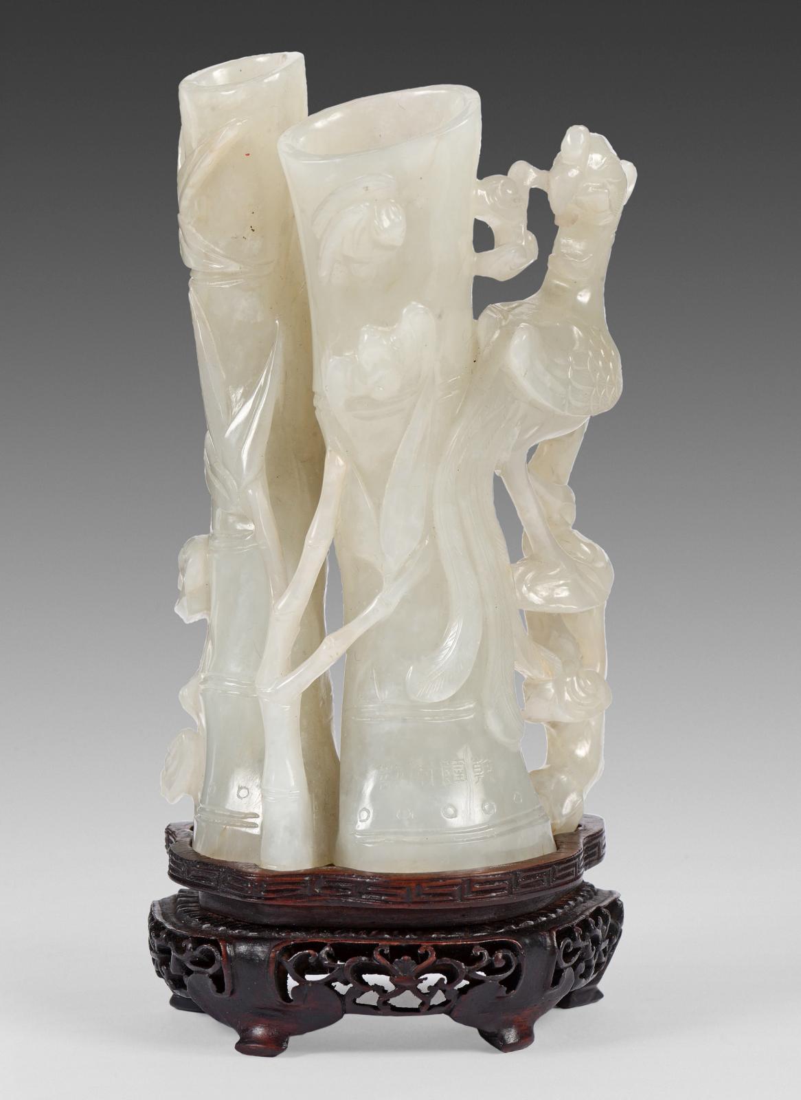 Chine, dynastie Qing, XVIIIe-XIXesiècle. Porte-bâtons d'encens en néphrite blanche, à deux réceptacles sculptés à l'imitation de bambous, d'un phénix