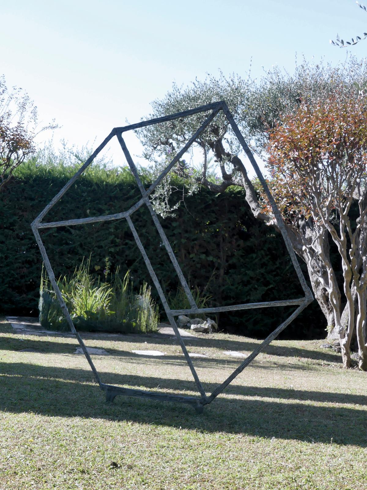 Le travail exigeant du sculpteur Bruno Romeda, adepte des formes géométriques et simplifiées, se laissait apprivoiser grâce, en particulie