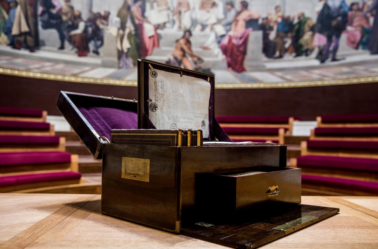 Coffre reliquaire d'Héloïse et Abélard, constitué au début du XIXesiècle par Alexandre Lenoir.