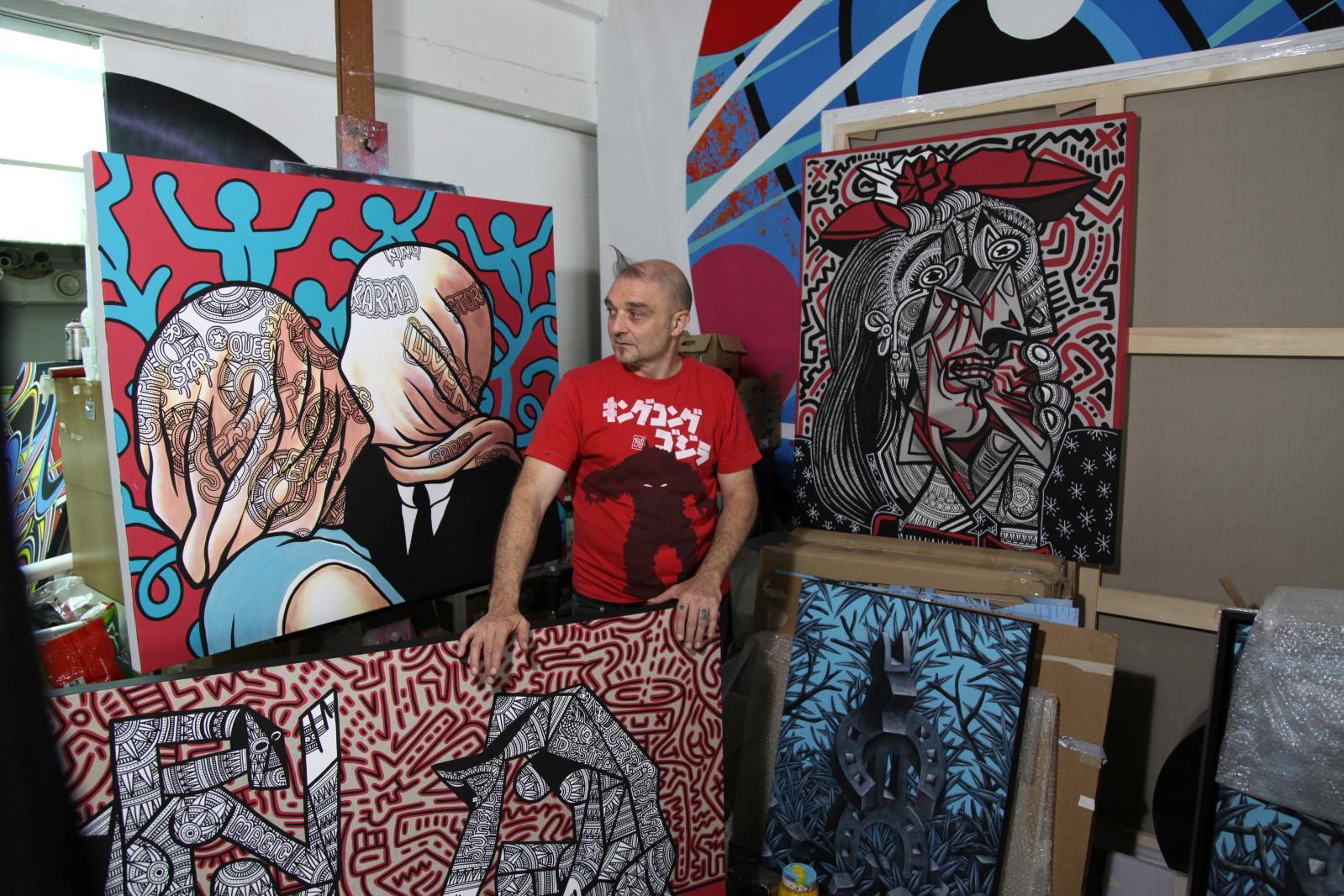 Speedy Graphito entouré de ses toiles inspirées de Picasso, Magritte, Haring… Photo Émilie Sajot
