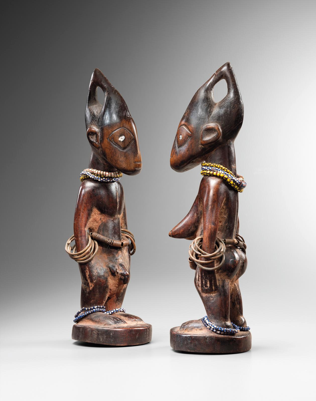 Figures ibéji du Nigeria, bois, perles, métal,h. 29 et 28,5cm. Galerie Didier Claes. Courtesy Galerie Didier Claes Photo Frédéric Dehaen