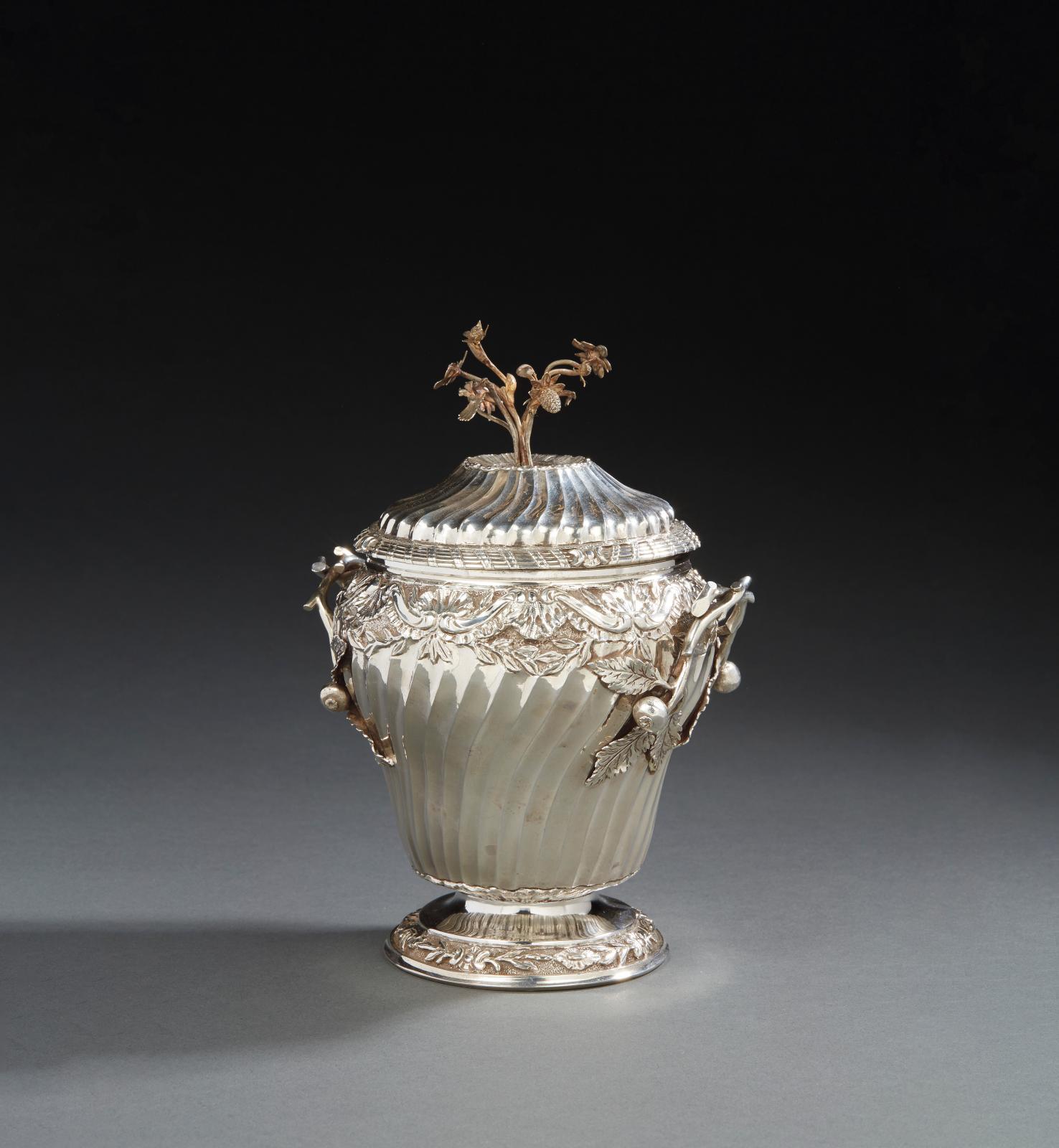 Étienne-François Renard, sucrier à décor ciselé de feuillages et agrafes, les anses ornées de grenades, la graine figurant un bouquet de f
