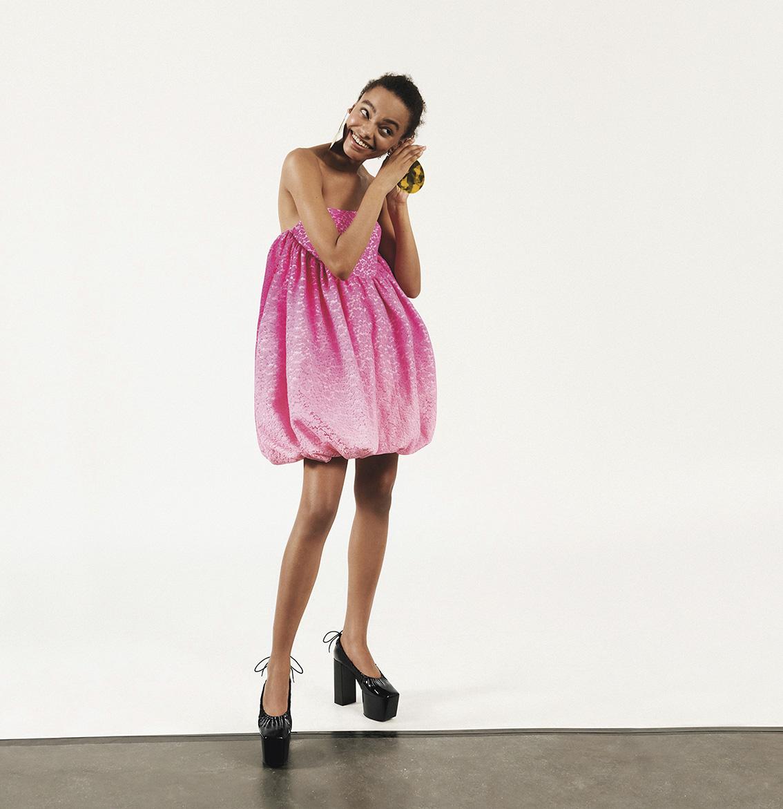Robe rose en dentelle créée par Guillaume Henry pour Patou, printemps 2020.© PATOU-KIRA-BUNSE