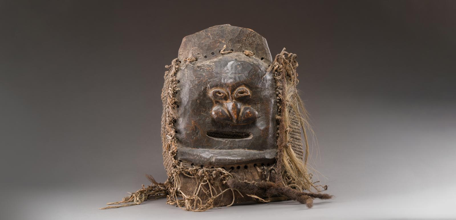 Mélanésie, Nouvelle-Calédonie, style du sud, peuple Kanak, XIXesiècle. Masque,élément d'un costume de deuilleur représentant un visage h
