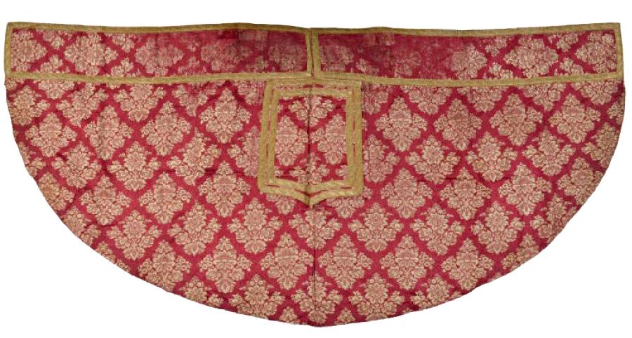 438€ Époque LouisXV. Chape en damas à fond satin rouge et décor crème de gerbes de fleurs, galonnée or, 130x 275cm. Drouot, 8octobre