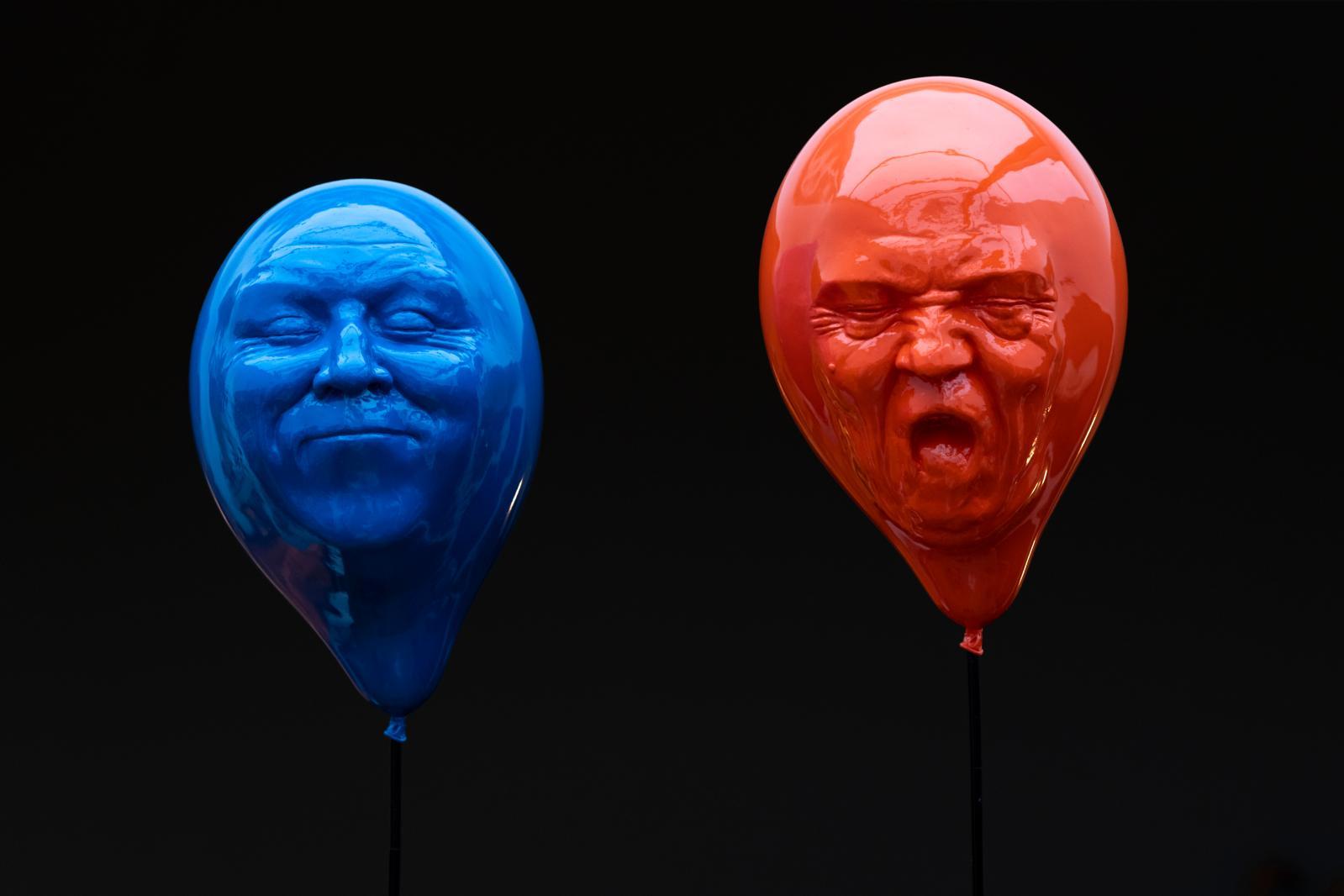 Mauro Corda (né en 1960), Ballons tête orange et bleue, 2012, résine, h. 240 cmavec la tige socle, le ballon 35 cm. Photo Fred Laures