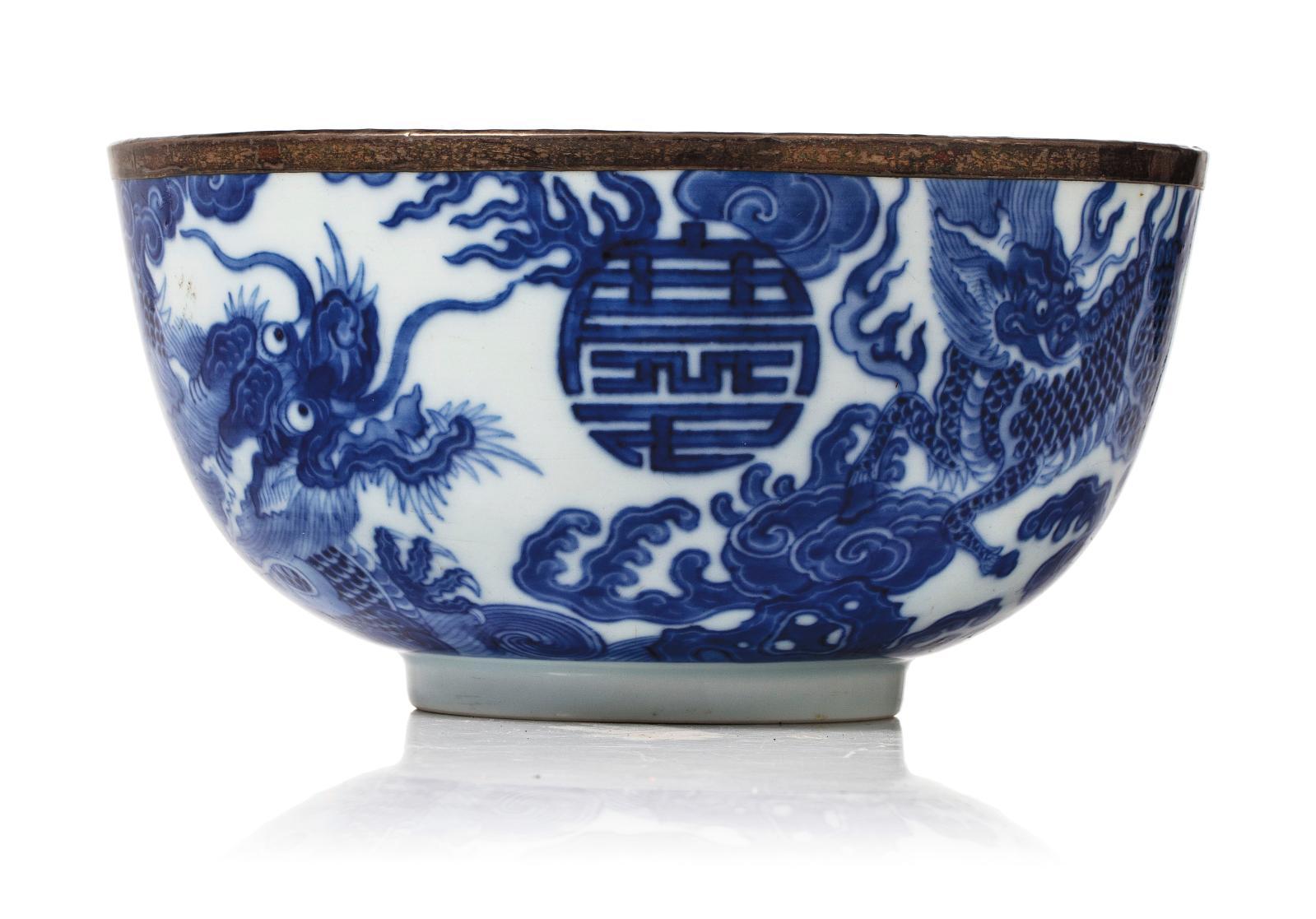 Vietnam, XVIIIesiècle. Bol en porcelaine à décor «bleu de Huê» de dragons et qilins parmi les nuages, marque en bleu sous couverte, cercl