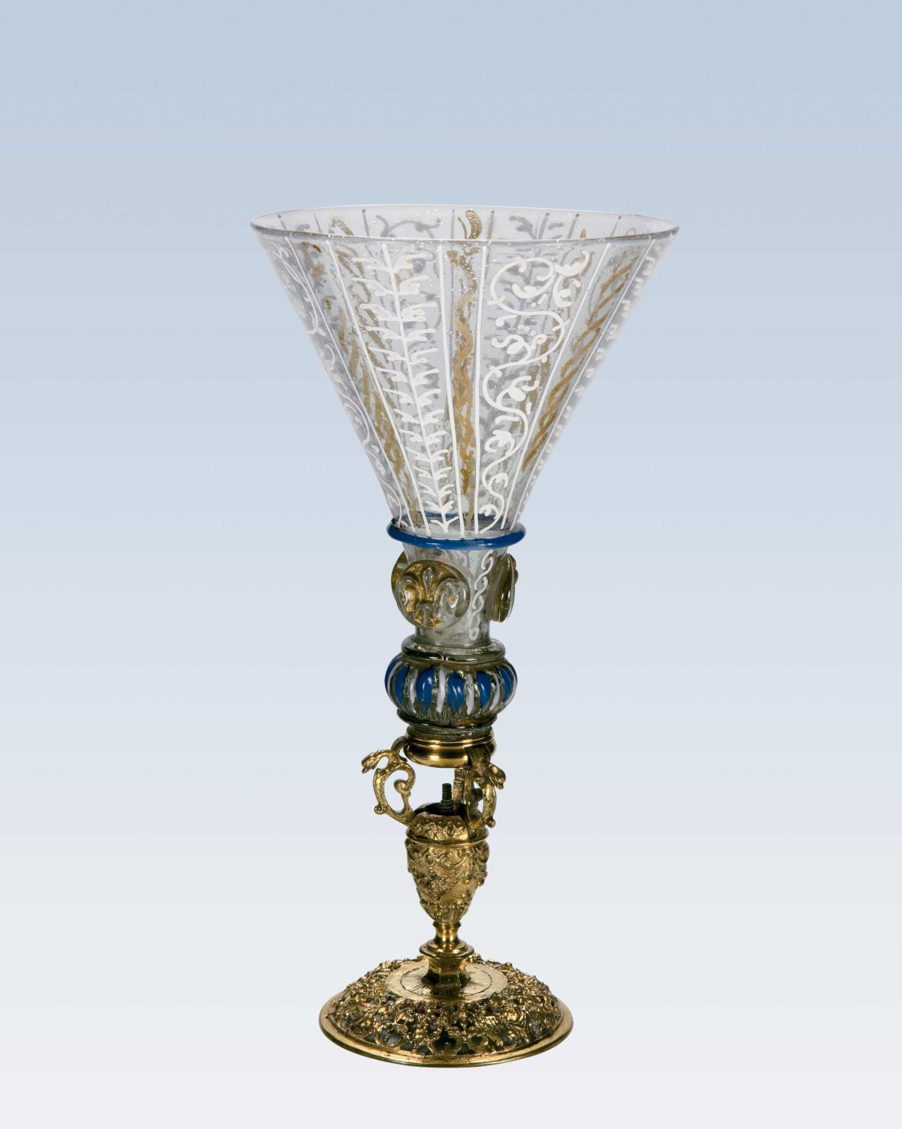 Verre à coupe conique décorée de torsades et feuillages verticaux en émail blanc et jaune, reposant sur un nœud godronné émaillé bleu et b