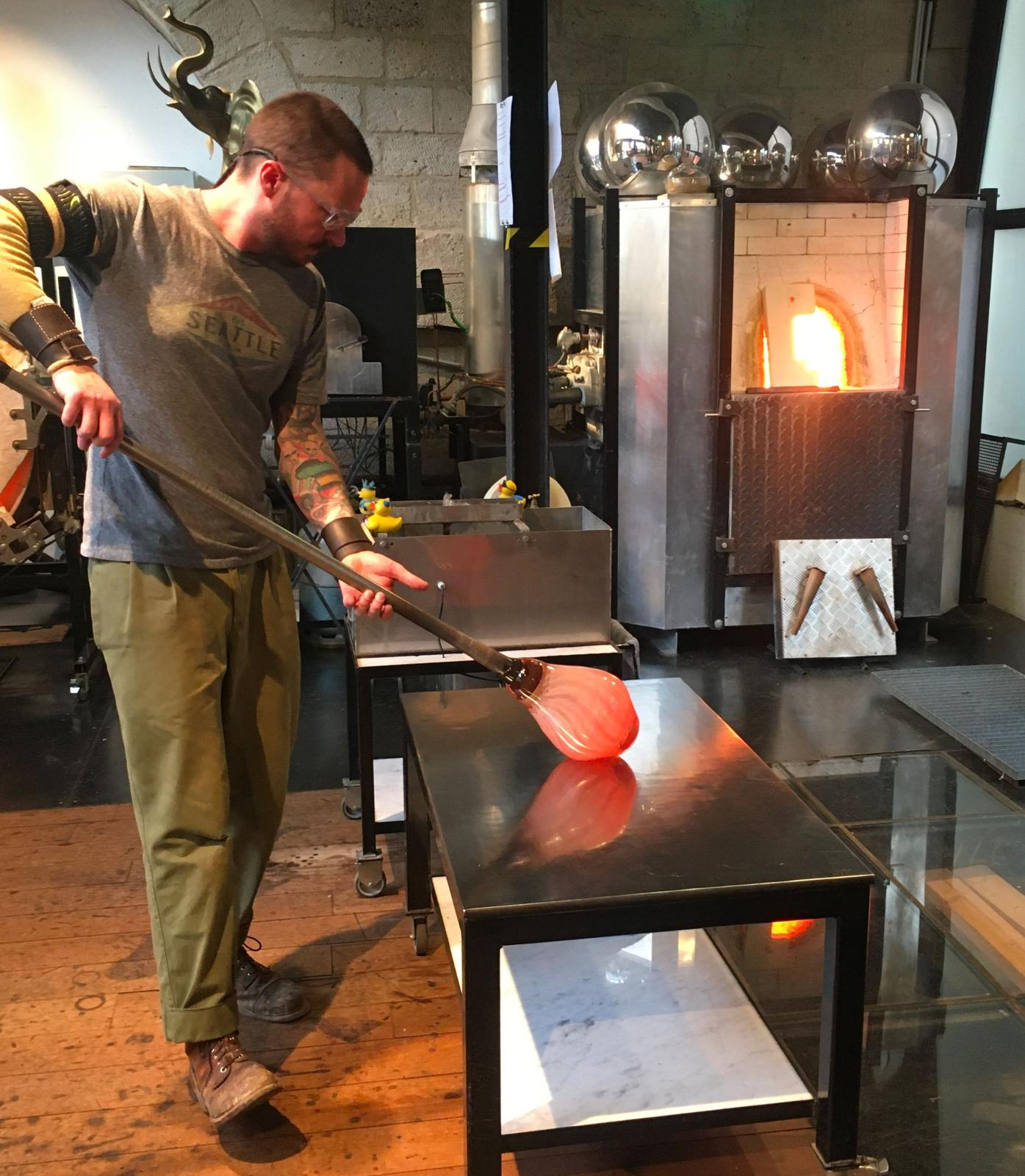 Dans l'atelier de Jérémy Maxwell WintrebertLe souffleur travail le verre qui vient d'être cueilli