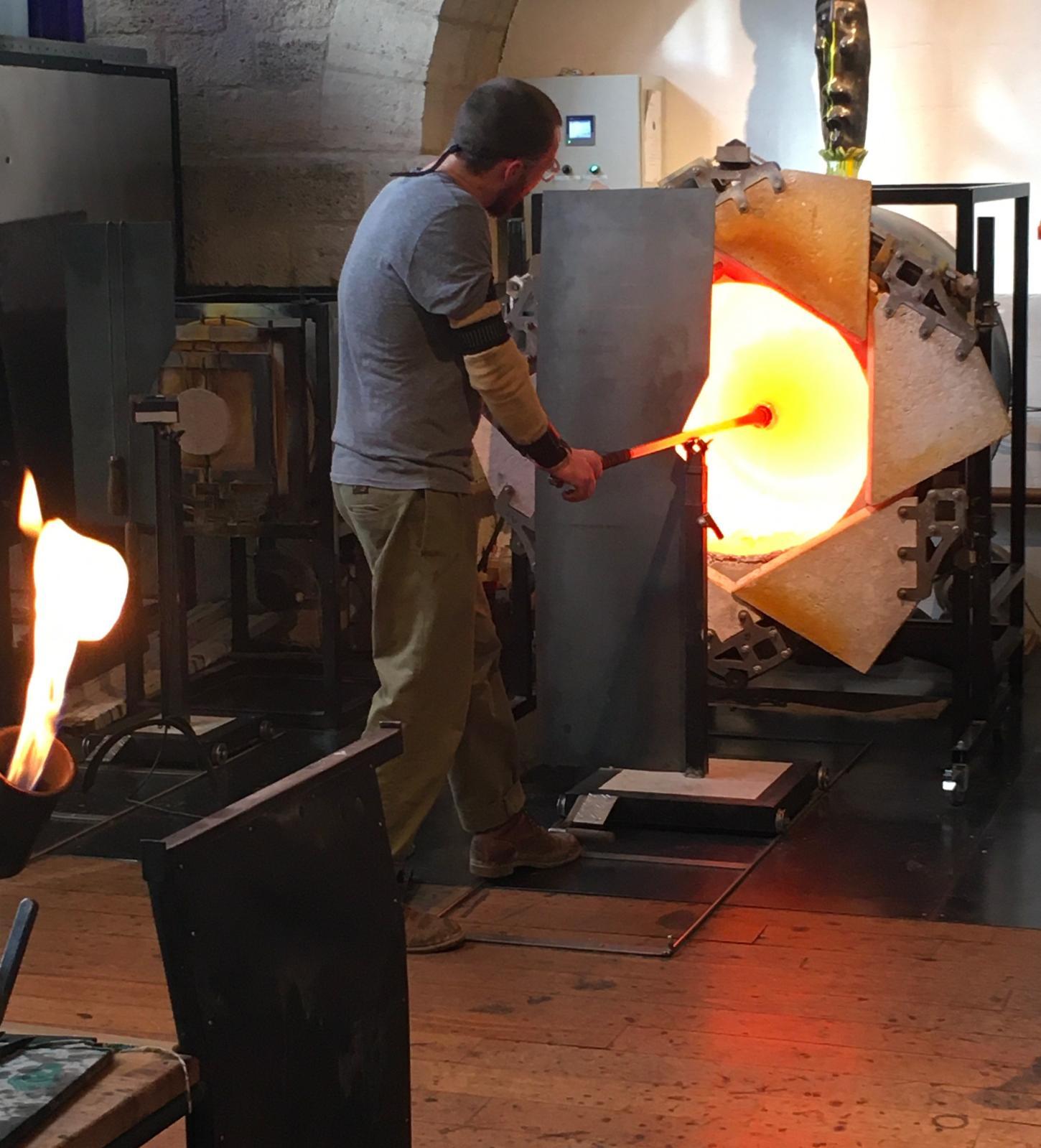 Dans l'atelier de Jérémy Maxwell WintrebertLa réchauffe du verre