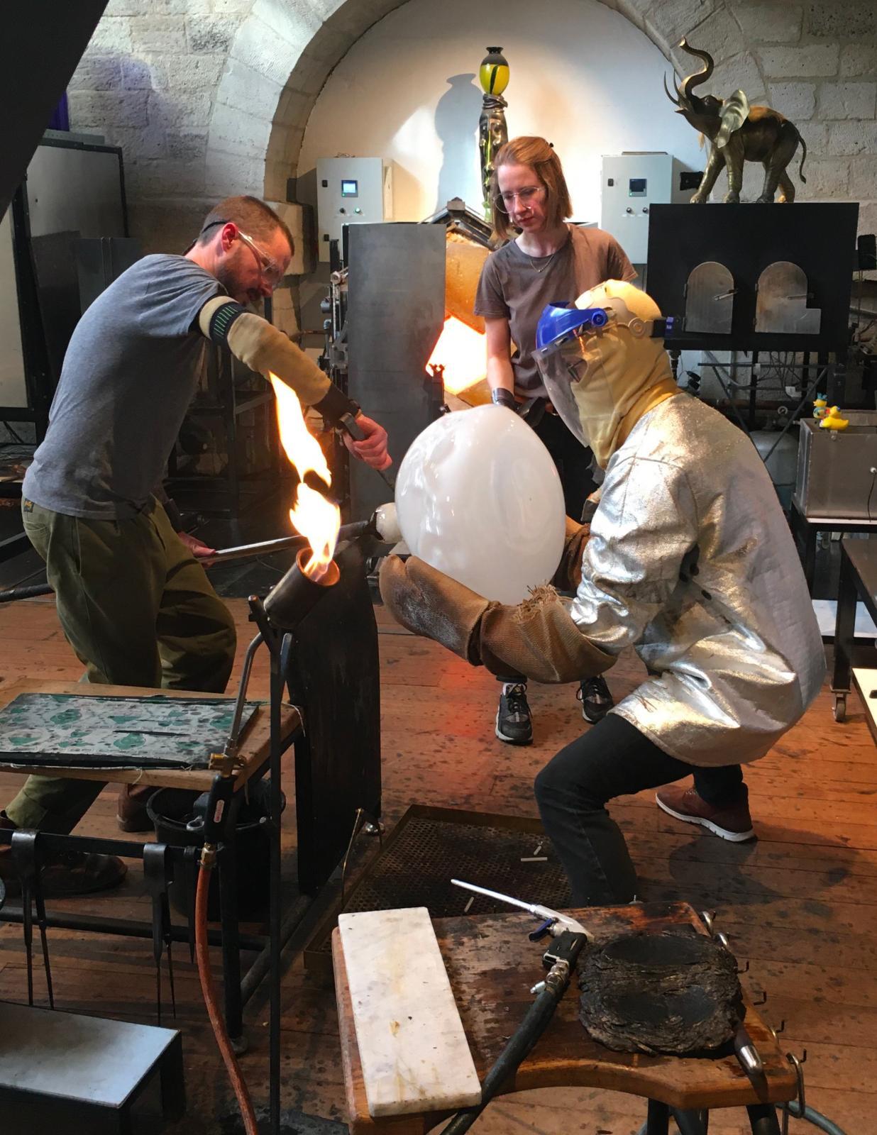 Dans l'atelier de Jérémy Maxwell WintrebertLa pièce en verre terminée est détachée de la canne avant d'être placée dans l'arche