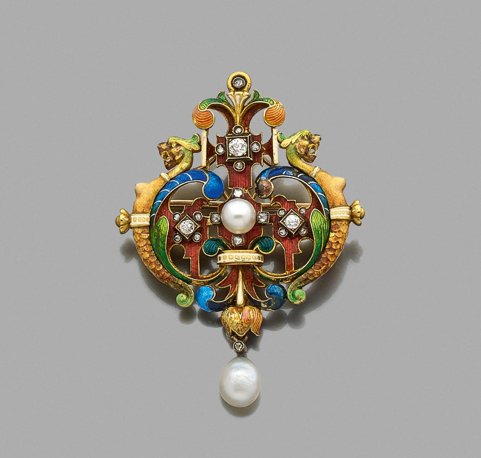 €17,213Lucien Falize, pendant in 18ct yellow gold and multicolored enamel, with fine pearls and rose-cut diamonds, depicting two curled Cs