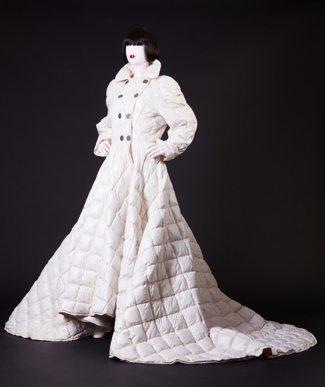Chantal Thomass, automne-hiver 1992, robe doudoune matelassée ivoire à double boutonnage et longue traîne, création Chantal Thomass et Mon