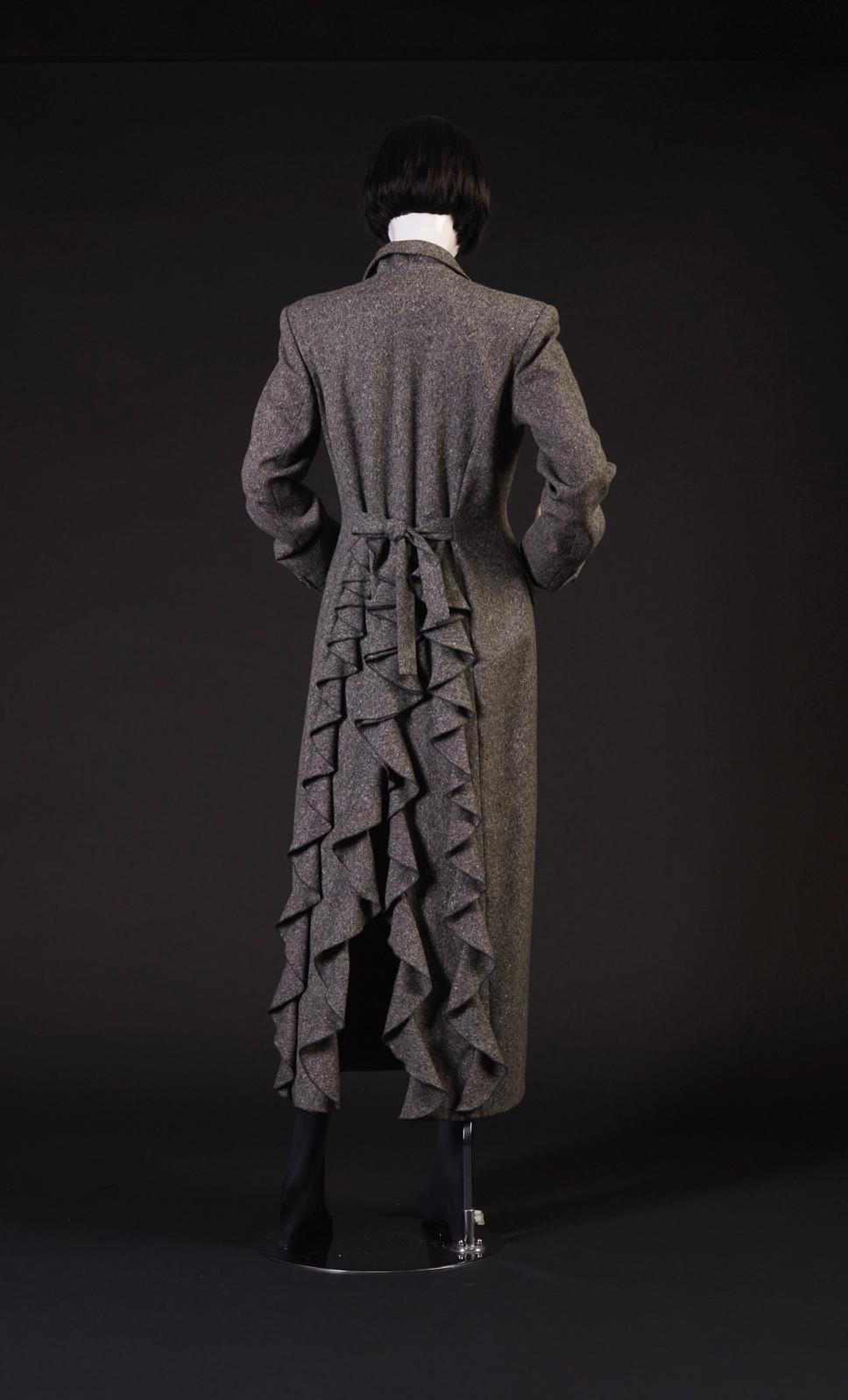 Chantal Thomass, automne-hiver 1993,manteau en tweed noir et blanc,à double boutonnage et dos à tournure de volants, robe en gabardine no
