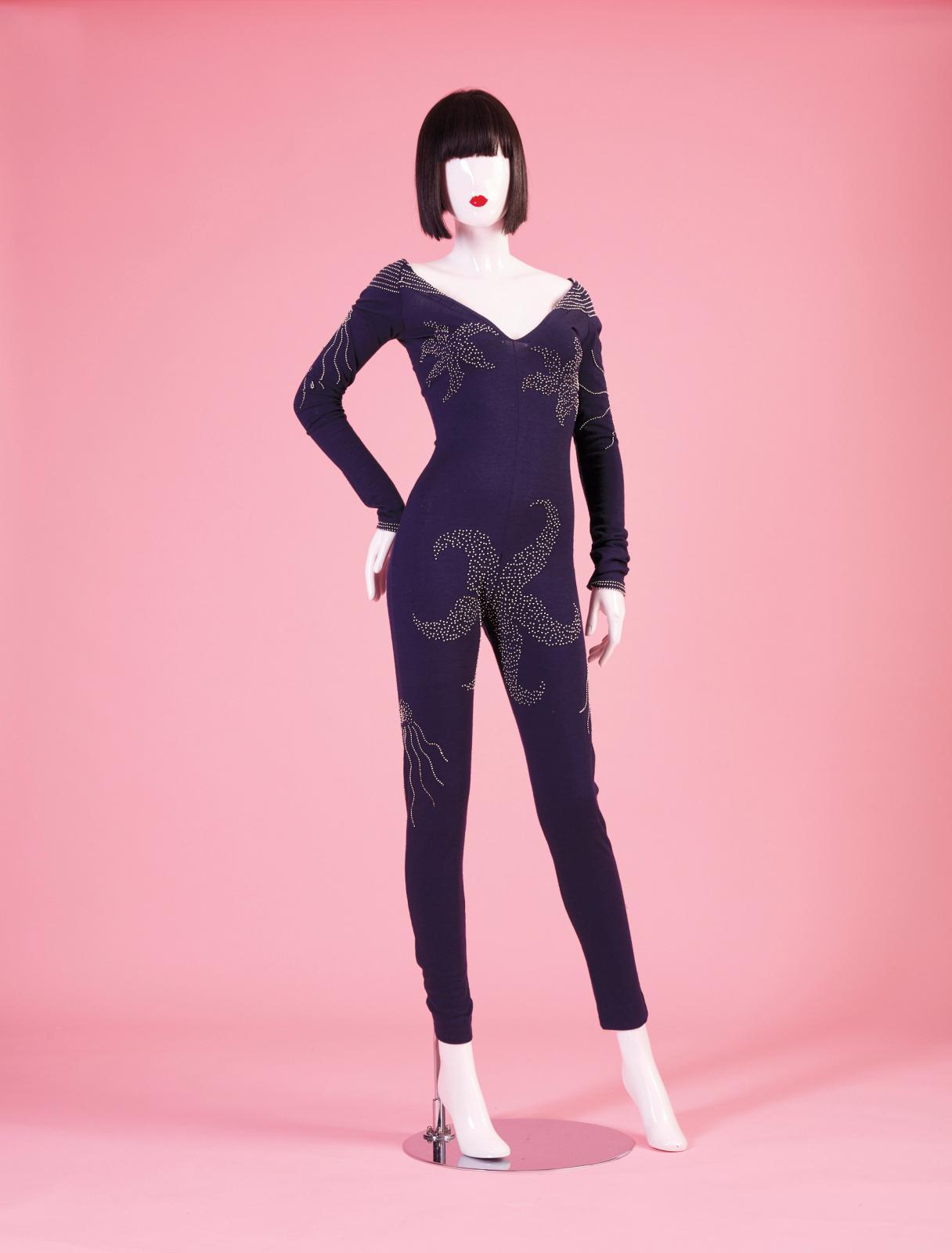 Chantal Thomass, automne-hiver 1979, combinaison en jersey de laine bleue brodée d'étoiles de mer en perles. Estimation : 200/220 € © JO Z