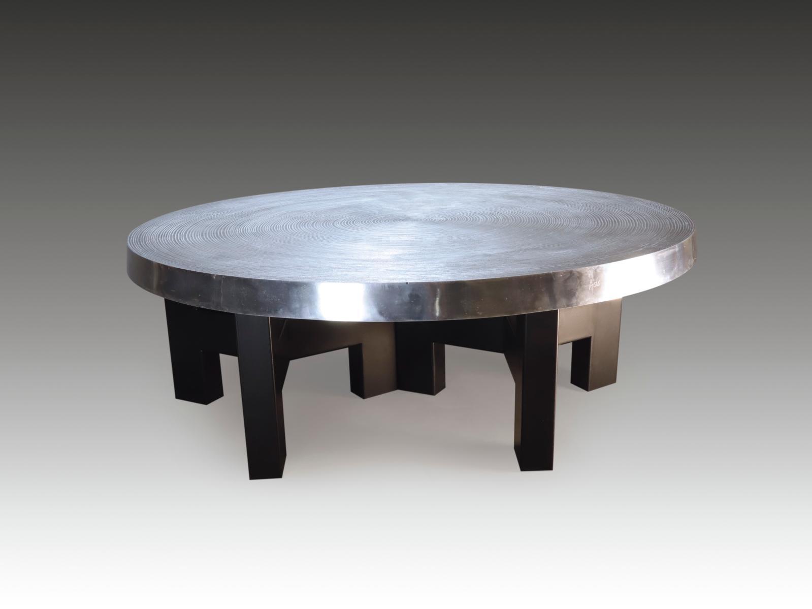 Ado Chale(né en 1928), table basse Goutte d'eau, plateau en fonte d'aluminium à décor concentrique de type «microsillons» sur le dessus,