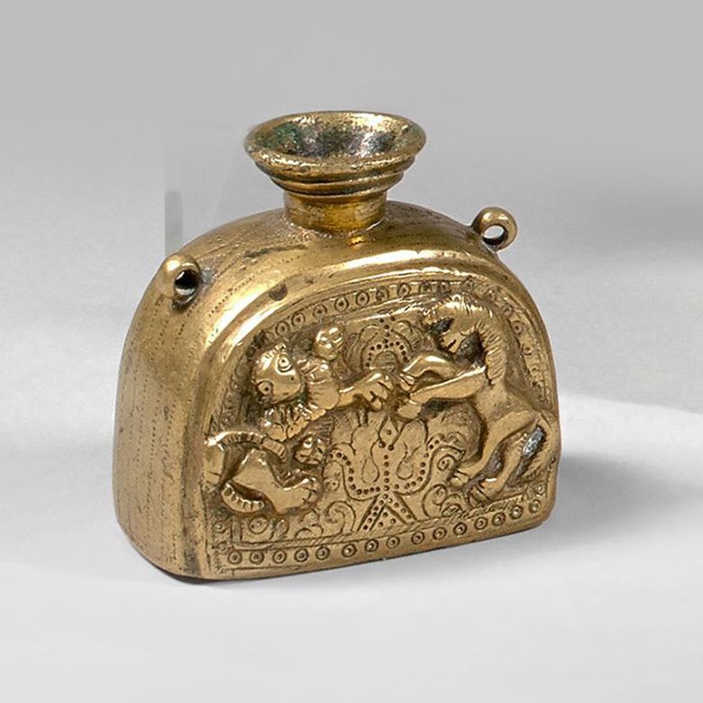 €876Portable inkstand in gilded bronze with chased and repoussé decoration featuring a lion and a horse, second half of the 18th century,