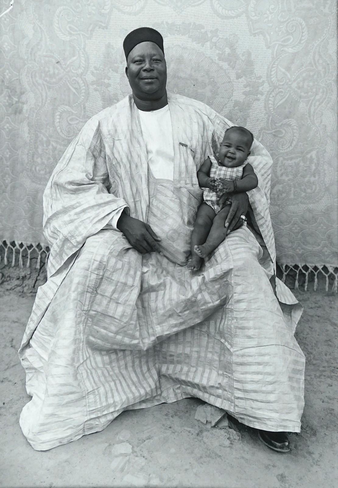 Seydou Keïta (1921-2001), Un juge et son petit-fils, Bamako, 1949-1951, grande épreuve argentique, tirée par Philippe Gassman pour la fond