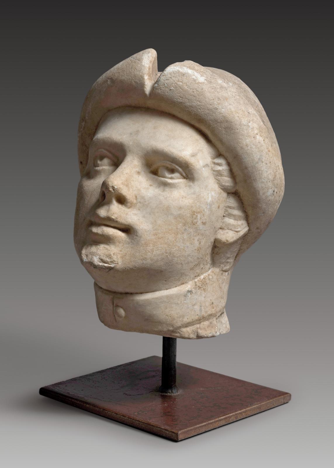 Italie, XVIesiècle. Tête en marbre de Carrare représentant un jeune homme, h 37cm. Présentée par Alexandre Piatti, expert en Haute Époque.