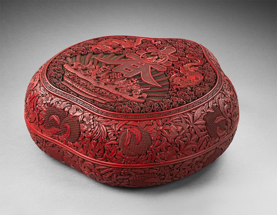 Chine - Époque Qianlong (1736-1795)Paire de boites en forme de pêche de longévité en laque rouge, noir, vert et jaune sculpté.Dim. 46 x 46