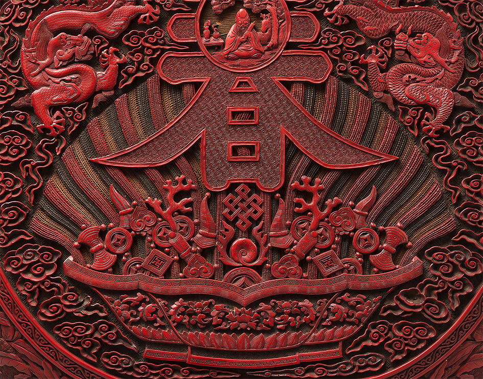 Chine - Époque Qianlong (1736-1795)Paire de boites en forme de pêche de longévité en laque rouge, noir, vert et jaune sculpté (détail).Dim