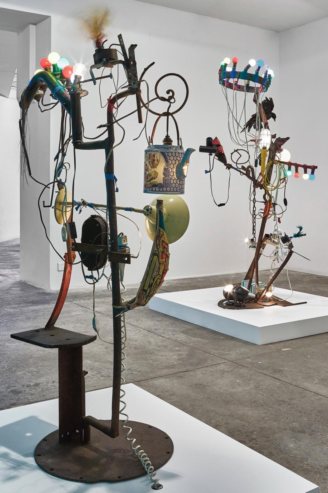 Vue de l'exposition  «Jean Tinguely - Bricolageset Débri(s)collages», à la galerie Georges-Philippeet Nathalie Vallois à Paris en 2019.
